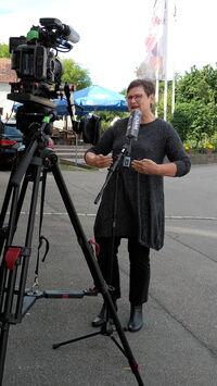 Fernsehinterview Leni Breymaier vor dem Landgasthof Krone